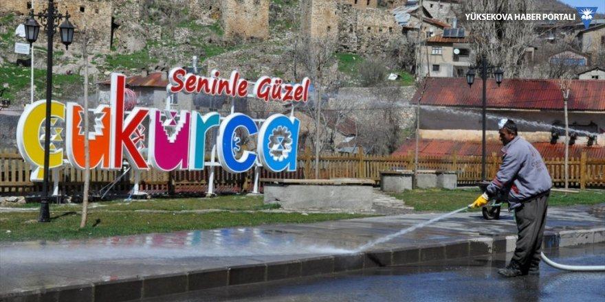 Çukurca'da caddeler köpüklü suyla yıkandı