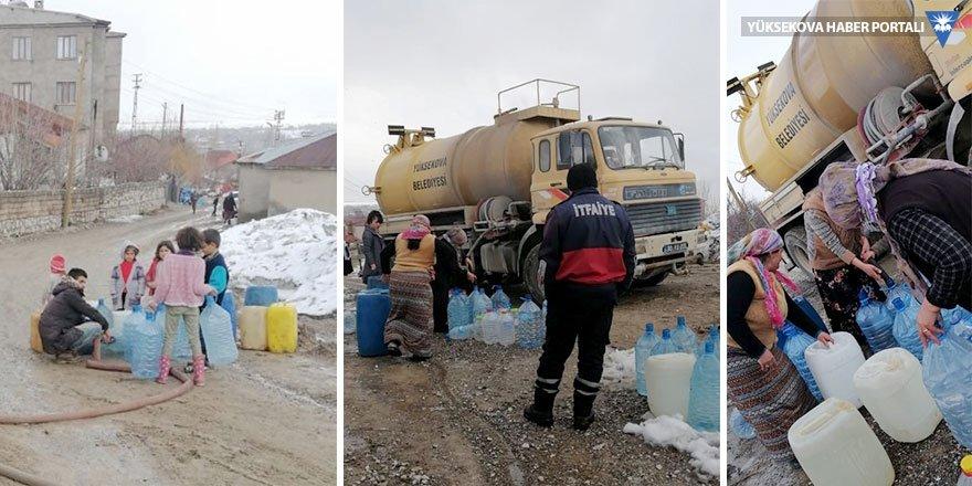 Yüksekova'da suları akmayan mahalleliye itfaiye araçları su taşıyor