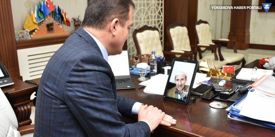 Hakkari Valisi Akbıyık evlerinden çıkamayan yaşlılarla görüntülü telefon görüşmesi yaptı