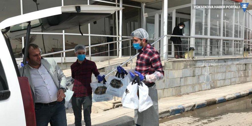 Yüksekovalı baklavacıdan sağlık çalışanlarına tatlı ikramı
