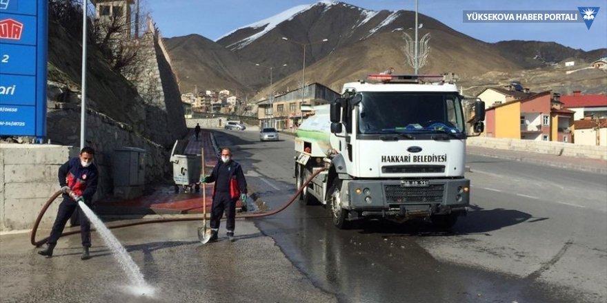 Hakkari'de cadde ve sokaklar koronavirüse karşı yıkanıyor