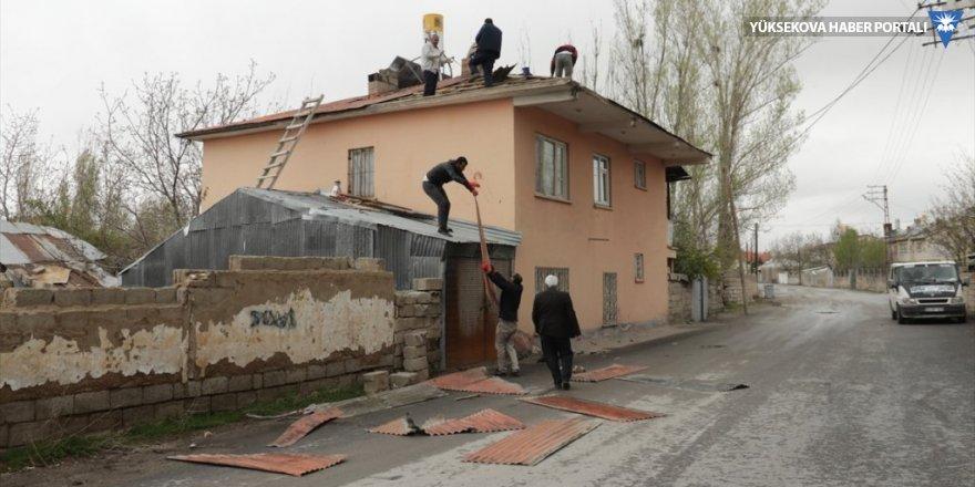 Van'da şiddetli rüzgar iki evin çatısını uçurdu