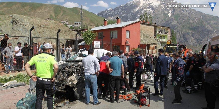 Hakkari'de kamyonette sıkışan sürücü 1 saatte kurtarıldı