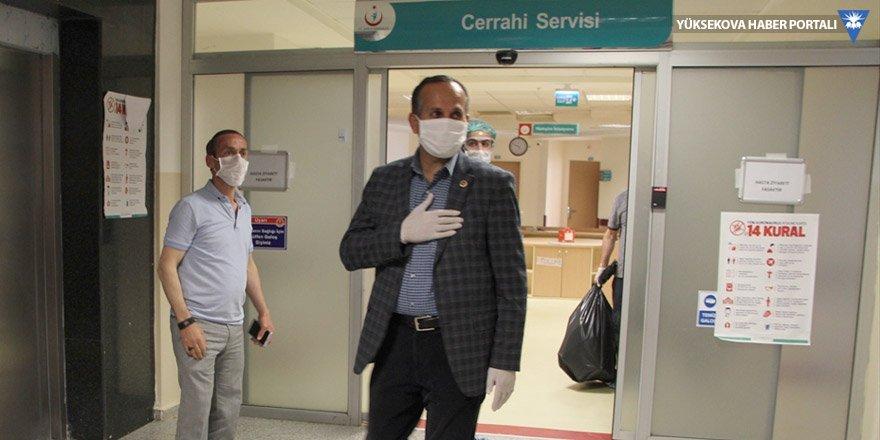 Kovid-19 tedavisi tamamlanan Şemdinli Belediye Başkanı Saklı taburcu edildi