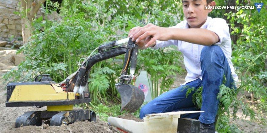 Yüksekovalı Şahin, hurda malzemelerden iş makinesi maketi yaptı