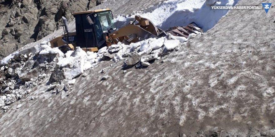Yüksekova'da haziranda karla mücadele çalışması yürütülüyor