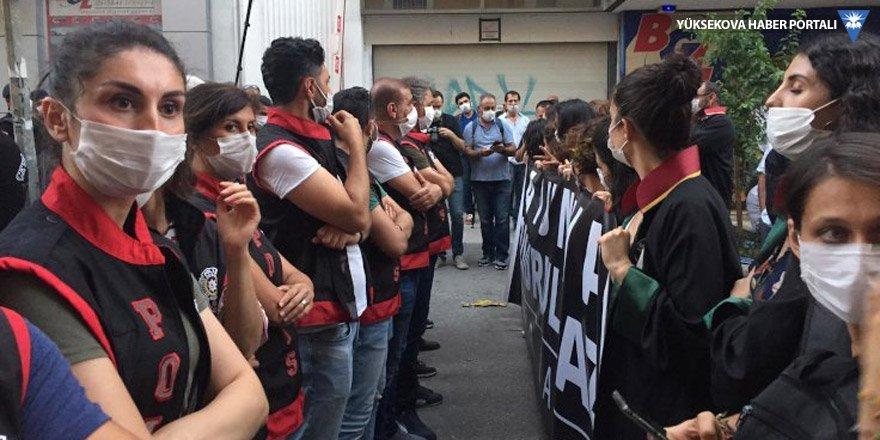 İzmir Barosu'nun yürüyüşüne polis engeli