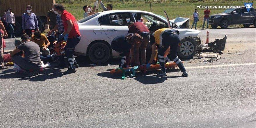 Tatvan'da otomobil kamyona çarptı: 6'sı çocuk 11 yaralı