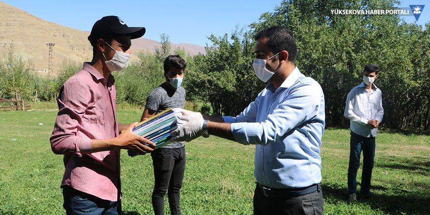 Öğretmenler, köy köy dolaşıp öğrencilerine kitap dağıttı