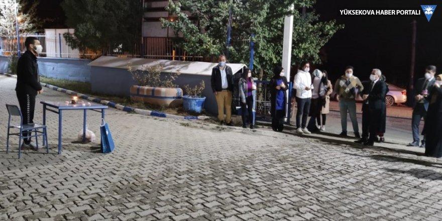 Hakkari'de karantinadaki öğretmene meslektaşları doğum günü sürprizi yaptı