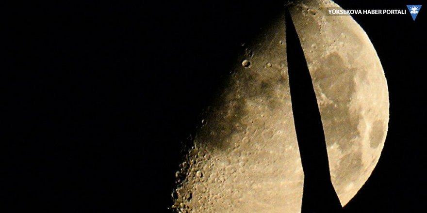 NASA: Ay'ın güneşe bakan yüzeyinde su bulundu