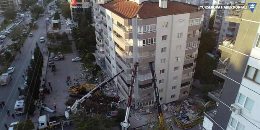 Depremde hasar gören bina vinç desteği ile ayakta duruyor