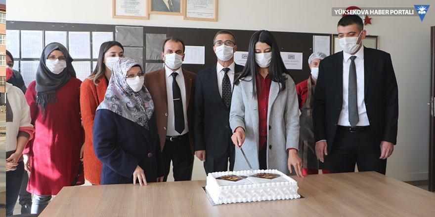 Baklavacı Fuat Usta'dan öğretmenlere pasta ikramı