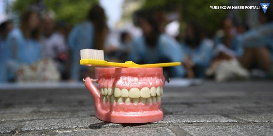 Kovid-19'un bir belirtisi daha ortaya çıktı: Kansız, acısız, aniden diş dökülmesi