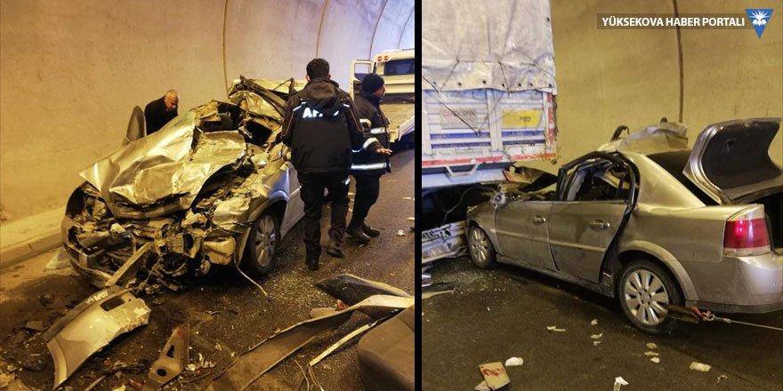 Bitlis'te otomobil tıra çarptı: 5 yaralı