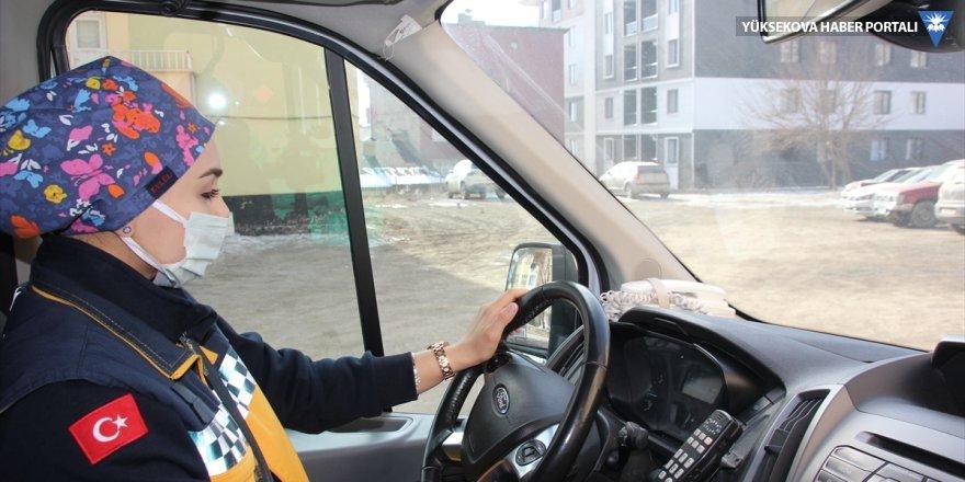Hakkari'nin ilk kadın ambulans şoförü hastaların imdadına yetişiyor