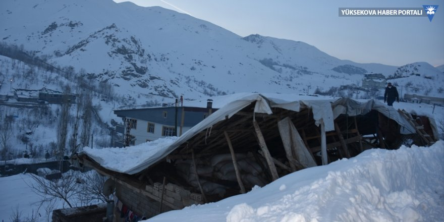 Hakkari'de kar nedeniyle bir evin çatısı çöktü
