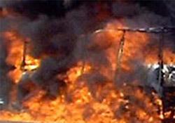 Şemdinli'de bir kamyonet ateşe verildi