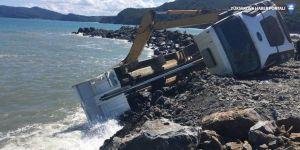 Liman inşaatında kamyon yan yattı: 1 yaralı