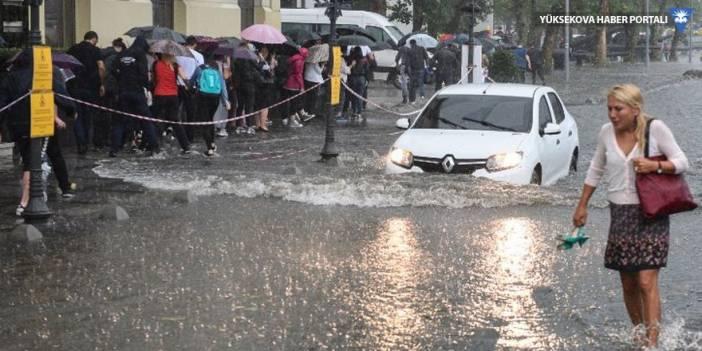 İstanbul'da sağanak yağış, yollar göle döndü!