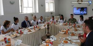 Hakkari Valisi Toprak, kadın futbolcularla bir araya geldi