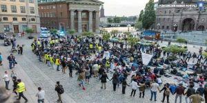 İsveç'te Naziler mültecilere saldırdı