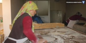Ağrı'da kadınlar pişirdikleri tandır ekmekleri ile evlerinin geçimini sağlıyorlar