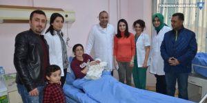 Hastane yönetiminden yılın ilk bebeğine altın
