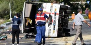 İşçi minibüsü devrildi: 3 ölü, 30 yaralı