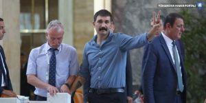 Barış Atay zafer işaretiyle Meclis kaydını yaptırdı