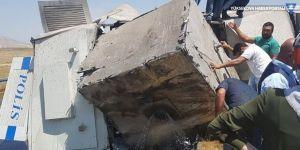 Van'da TOMA devrildi: 2 polis yaralı