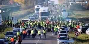 Fransa'da 'Sarı Yelekliler' zamları protesto etmek için 244 bin eylemci ile sokaktaydı