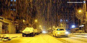 Yüksekova ilçe merkezine yılın ilk karı yağdı!