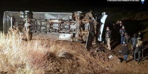 Ağrı'da yolcu otobüsü şarampole devrildi