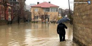 Yüksekova'da evleri su bastı