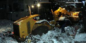 Yüksekova'da köy yolunu açmaya giden iş makinesi kara saplandı