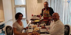 Haluk Levent sözünü tuttu; minik Elif'in işitme cihazını alan kişiye kahvaltı hazırladı