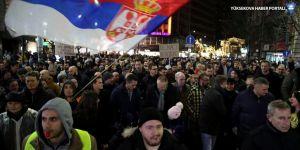 Sırbistan Cumhurbaşkanı ve hükumet, Belgrad'da protesto edildi