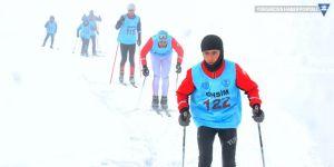 Yüksekova'da dondurucu havada kayak yarışması