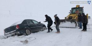 Karda mahsur kalanlar kurtarıldı