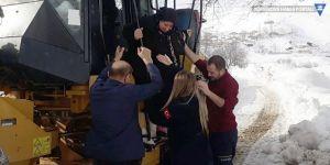 Şemdinli: Fenalaşan kadın iş makinesi ile ambulansa yetiştirildi