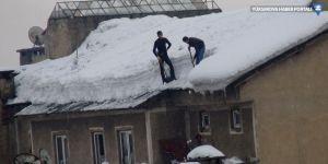 Yüksekova: Çatılarda biriken kar, ekmek kapıları oldu