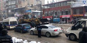 Yüksekova'da belediyenin kar temizliği trafiği kilitledi