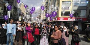 İzmir'de kadınlar Leyla Güven ve tüm kadınlar için gökyüzüne beyaz balon uçurdu