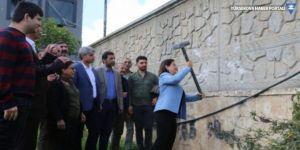 Kızıltepe Başkanı, kayyımın duvarını balyozla yıktı