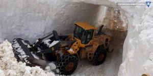Şemdinli'de kardan tüneller açtılar