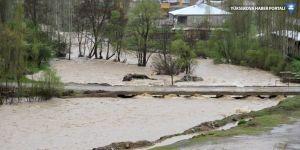 Şemdinli'de evler ve yollar su altında kaldı