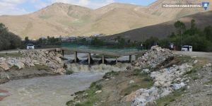 Van'da Hoşap Çayı taştı, köprü zarar gördü