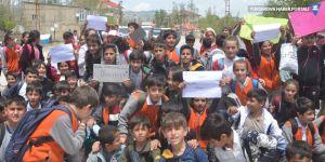 Yüksekovalı öğrenciler üst geçit için yol kapatıp yürüyüş yaptı