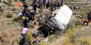 Van'da göçmenleri taşıyan minibüs şarampole devrildi: 16 ölü
